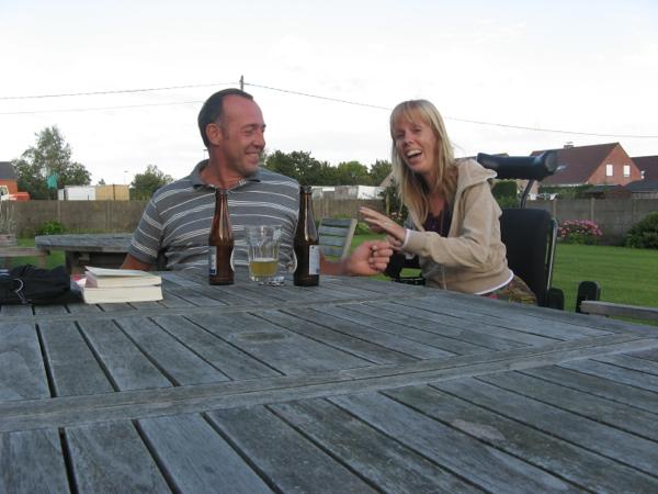 Lollige foto van Eelke en jon die een biertje drinken op het terras bij b&b Buytenshuys