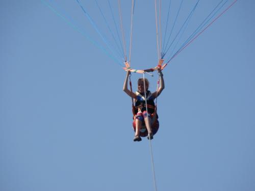 Eelke hoog in de lucht, parasailen
