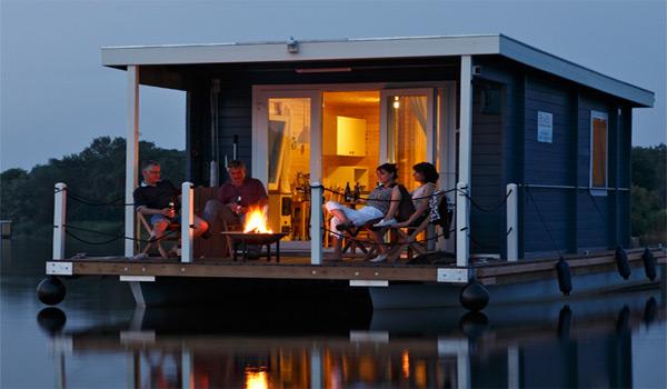 Bungalowboot in de avond met kampvuur op de veranda