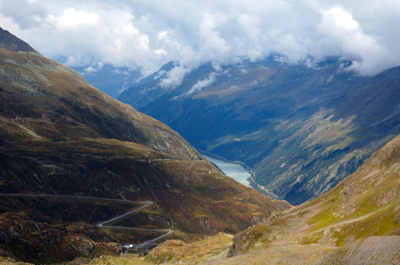 Haarspeldbochten door de bergen met prachtige views