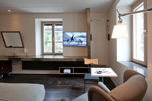 Nightingale Nala hotel, zitje in de kamer met tv en onberijdbare wastafel