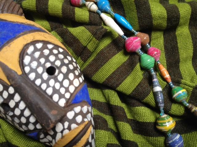 foto van mijn gestreepte legging, Afrikaans maskertje en een ketting