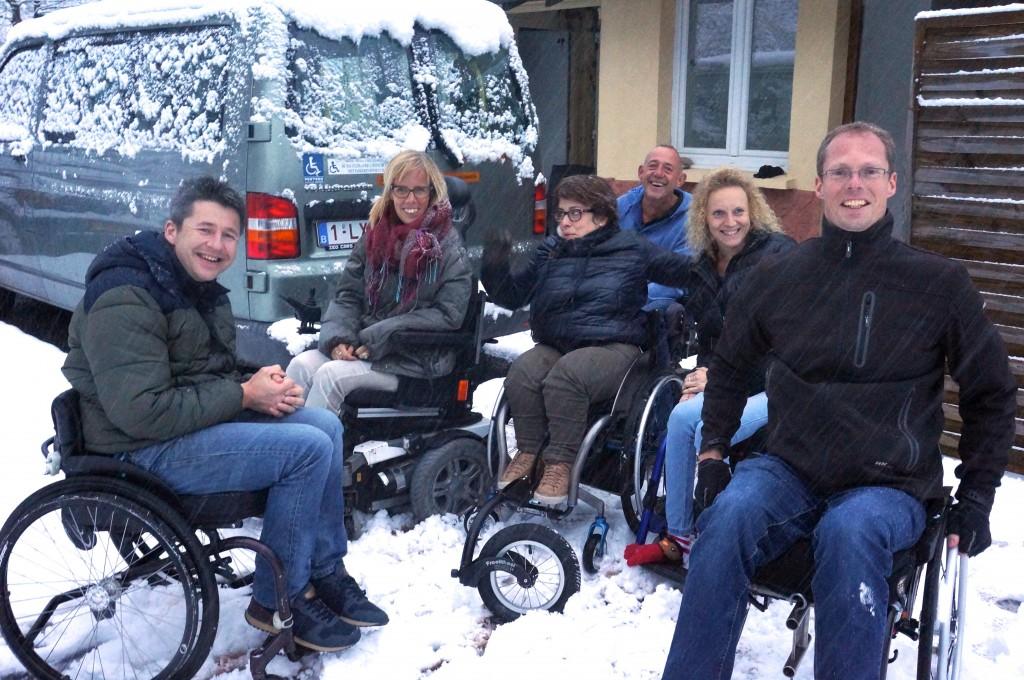 6 rolstoelers in de sneeuw voor Casa Boslimpre